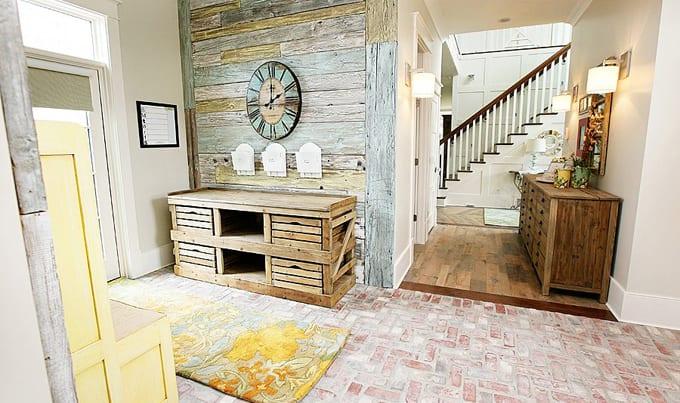 rustikale helle Wohneinrichtung mit Holzwand und selbstgemachter Holzschrank