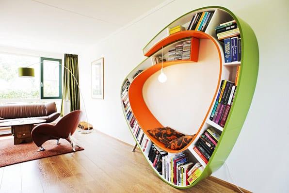 bunte Lesemöbel und Bücheregal in eins