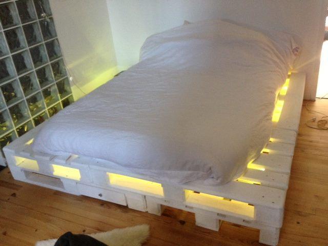 Bett aus Paletten mit LED in weiß
