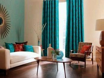 modernes Wohnzimmer mit weißem Sofa und Holzcouchtisch