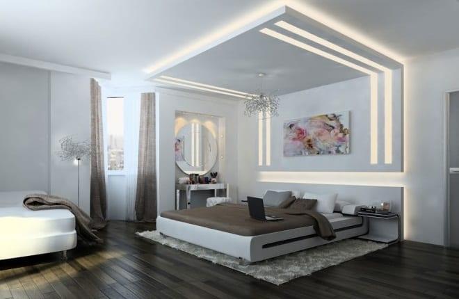 Schlafzimmer in weiß mit Holzboden und dekorativer Wandbeleuchtung