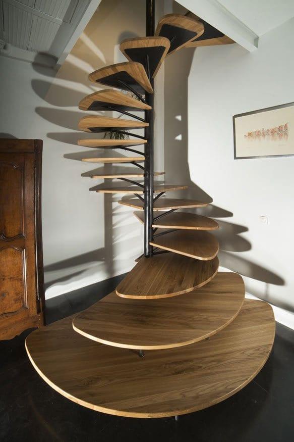 kreative Spiraltreppe mit Holzstufen