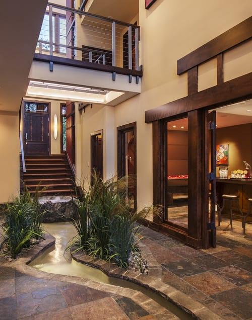 moderne Innenraumgestaltung mit laufendes Wasser im Boden