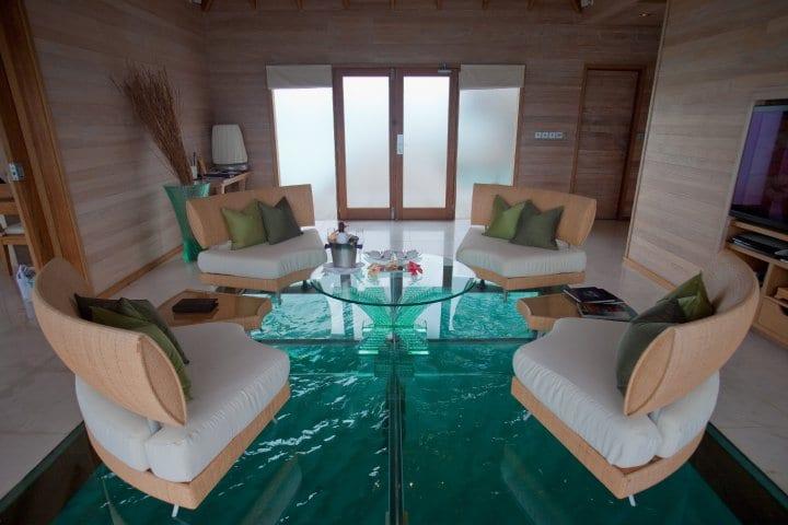 Wohnraum mit verglastem Wasserbecken