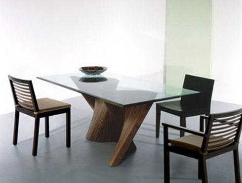Esstisch mit welliger Grundlage aus zusammengeklebten Nußbaumhölzern