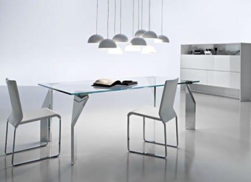 minimalistischer Esstisch mit Edelstahl Füßen in weßer Einrichtung