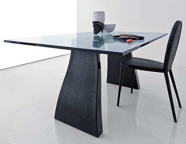 moderner Esstisch aus Glas mit Füßen aus schwarzem Krokodilleder