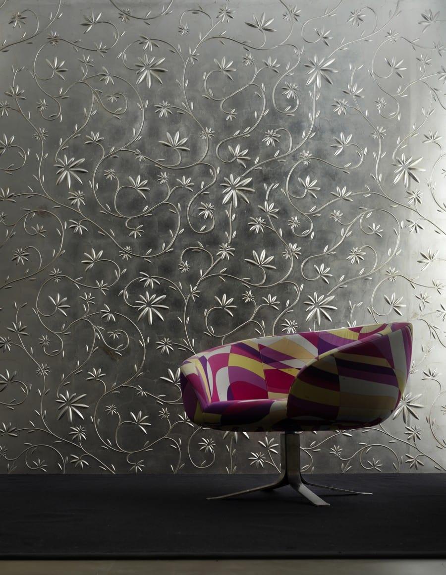 Wanddekoration mit Blumenmuster und design-Sessel auf schwarzem Tepich