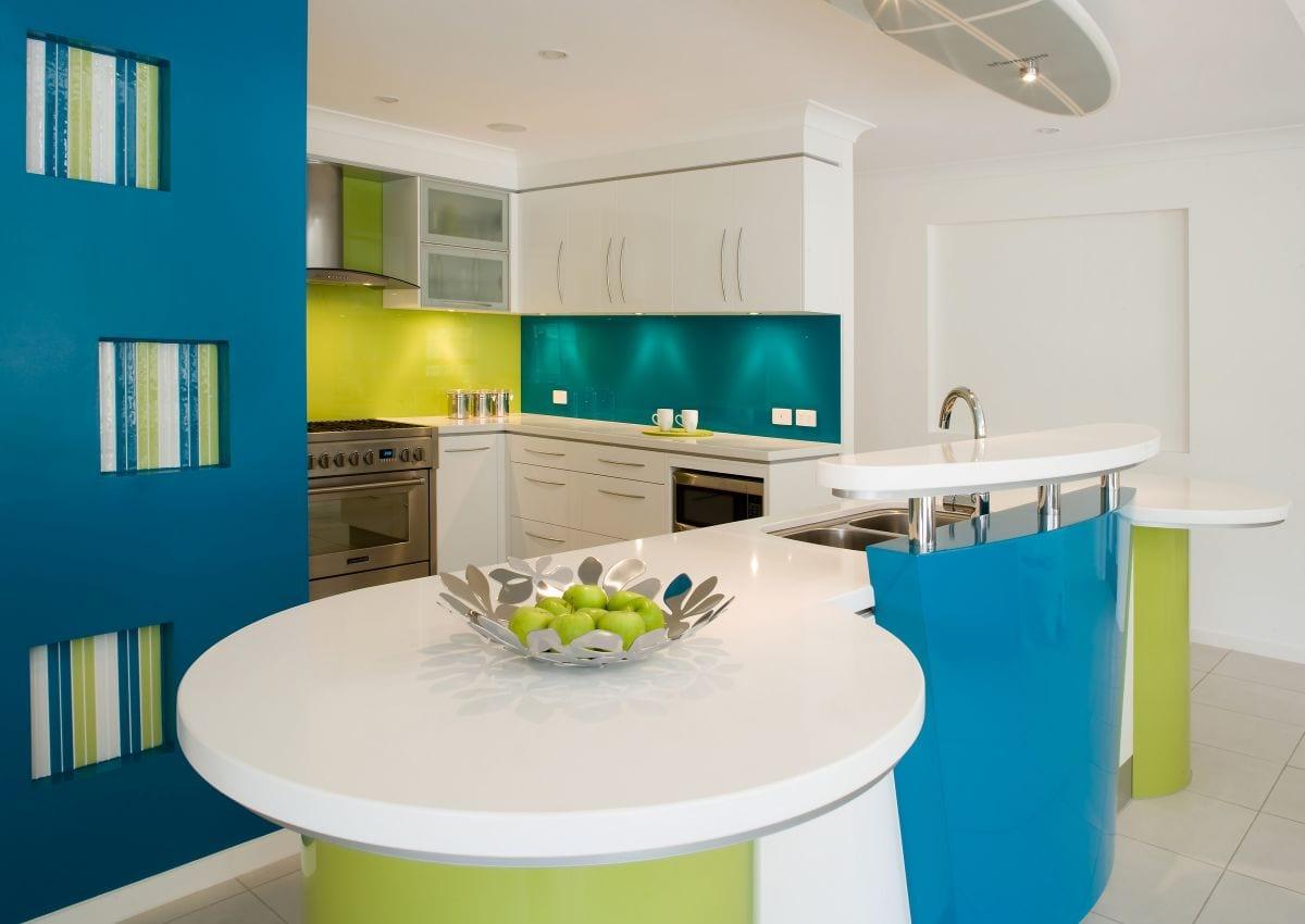 moderne-kleine-küche-als-akzent-im-raum-durch-knalige-farben-in-grün-und-blau