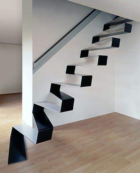 minimalistische Innentreppe in weiß und schwarz