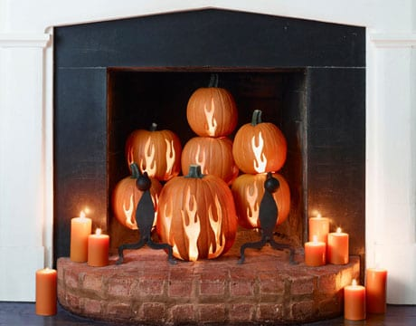 Kamindekoration für Halloween mit Kürbisleuchtern