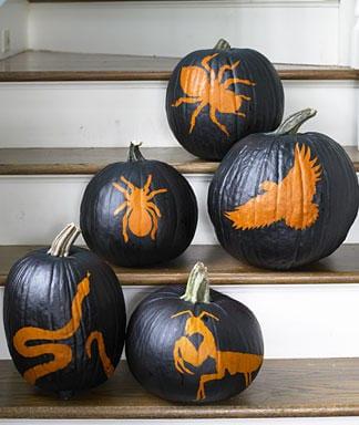 Halloween Treppendekoration mit schwarzen Kürbissen in Tier-Motiv