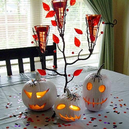 Halloween Tischdekoration mit gruseligen Kürbisleuchtern