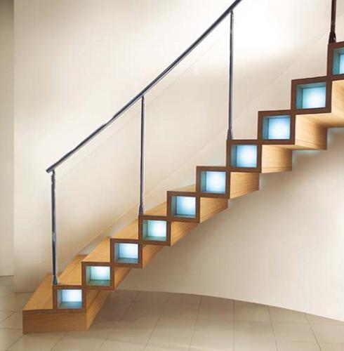 kreative quadratische Treppenstufen aus Holz mit integrierter Stufenbeleuchtung