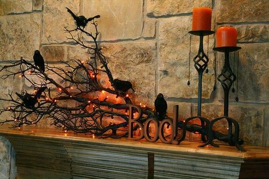 Innendekoration für Halloween mit Krähen auf einem Ast