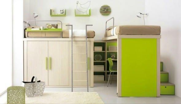 modernes Kinderzimmer mit Holzmöbeln und Hochbetten