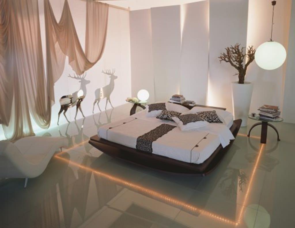 Lichtgestaltung für Schlafzimmer mit weißen 3D Wandpaneelen und indirekter Beleuchtung