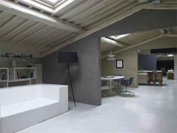 graue Wände und weiße Sofa im Loft