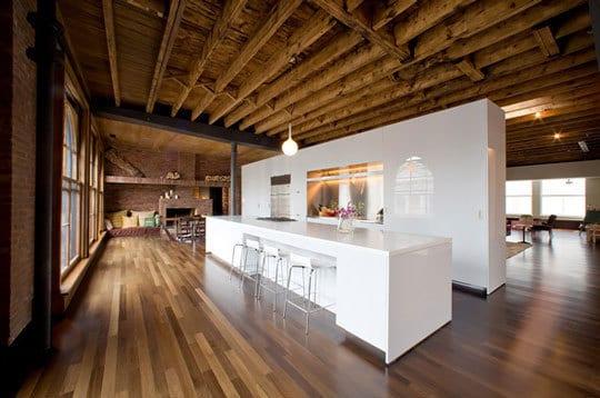 Loft mit freistehende Küche in weiß Lack