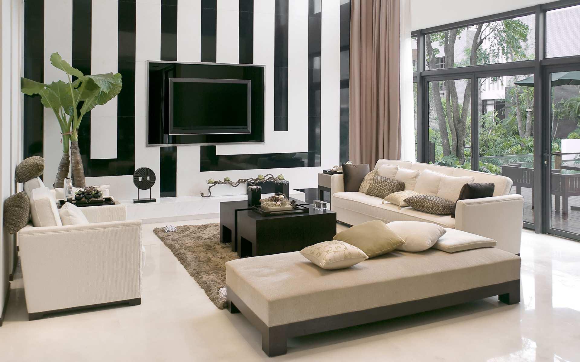 minimalistischer Wonraum mit weißer Wand in schwarzen Streifen