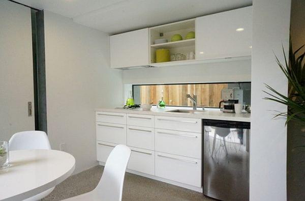 Minimalistischen Weiße Küche mit Verglasung und Blick auf das Wohnzimmer