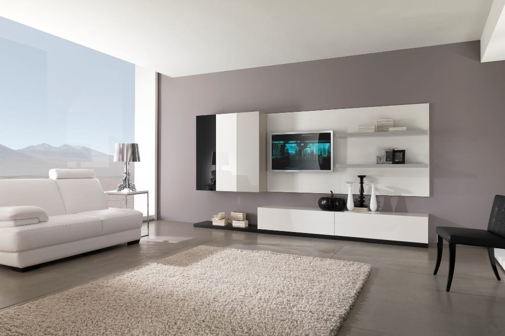 Wohnraum mit weiß lakierter Wohnwand