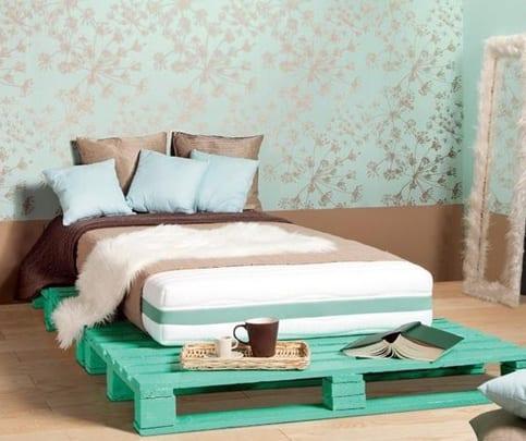 interessante-wanddekoration-in-kombination-mit-blauem-palettenbett