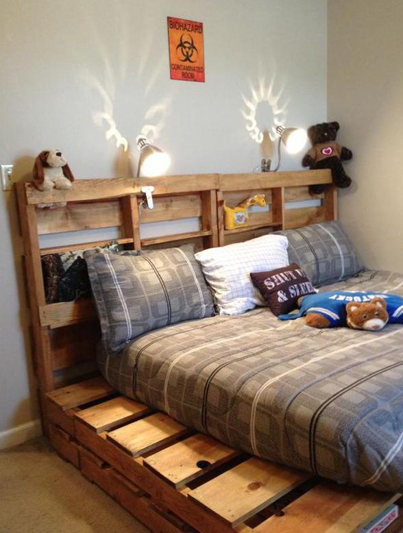 kinder-palettenbett-mit-nischen-für-spielzeuge