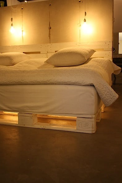 weißes-palettenbett-mit-dezenter-led-beleuchtung