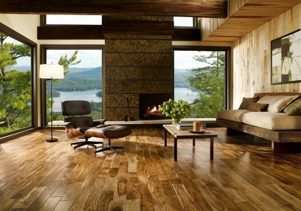 rustikaler Holzboden-Holzbalken-Holzwand