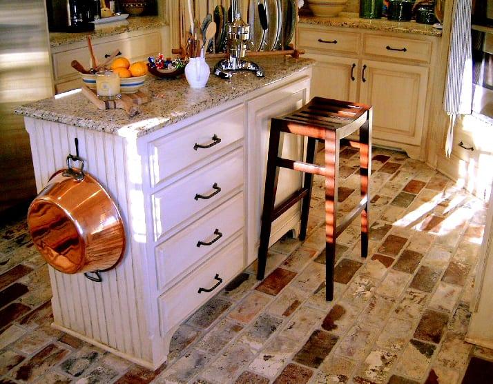 Ziegelboden mit Barhocker aus Holz