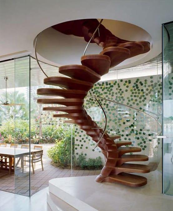 moderne Holztreppe mit Metallhandlauf-Glaswände- wanddekoration mit grünen Punkten