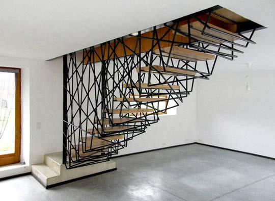 kreative Treppe mit Holzstuffen und schwarzer Stahlkonstruktion