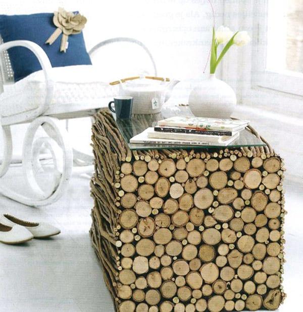 Woheinrichtung mit couchtisch aus Holzstäben in verschiedenen größen mit Glasplatte