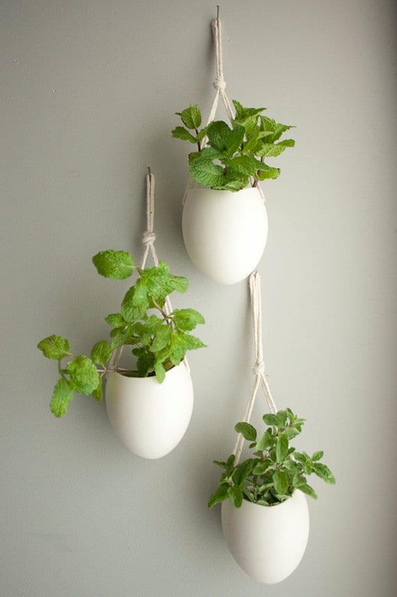 ausgehängte weiße Blumentöpfe für Wand