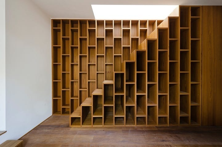 funktionelle Treppe aus Holzwandregalen