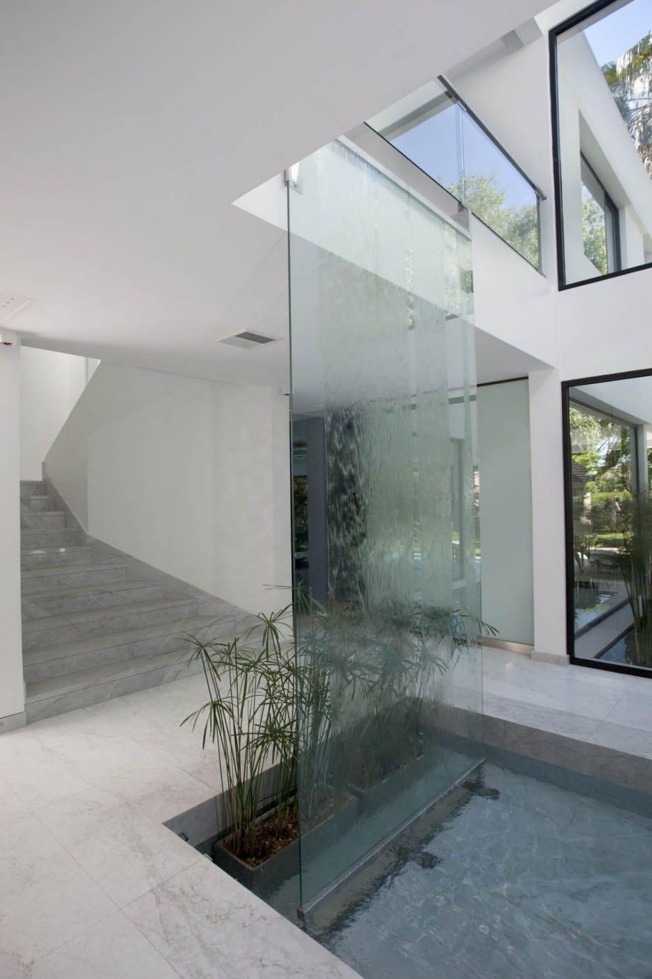 Innenraum Wassereinrichtung mit Glas-Wasserfall-Wand