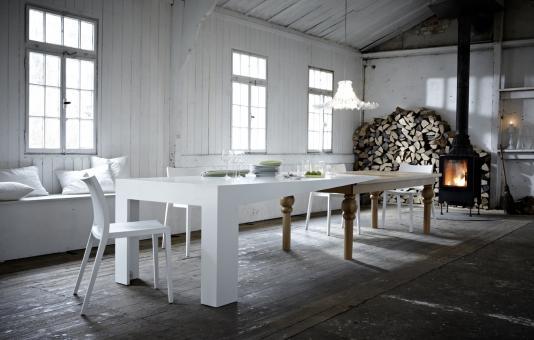 ausziehbarer Esstisch aus Holz und weißem Kunststoff