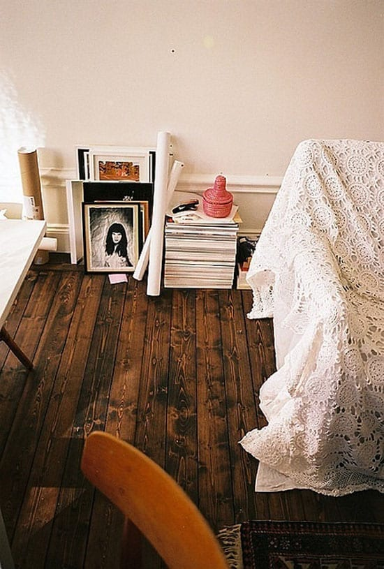 rustikaler Holzbodenbelag mit weißen Wänden
