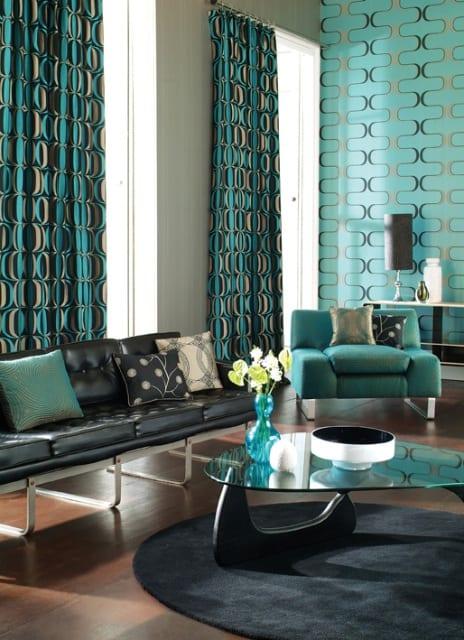 Wanddekoration, Sessel und Vorhänge in türkis-blau und braun
