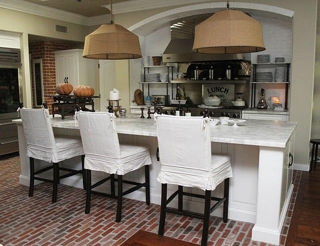 Kücheeinrichtung mit Kochinsel mit Marmorplatte