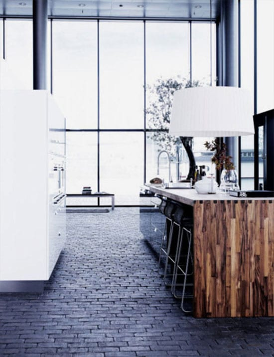 Kücheeinrichtung mit Ziegelboden und lakierten Schränken
