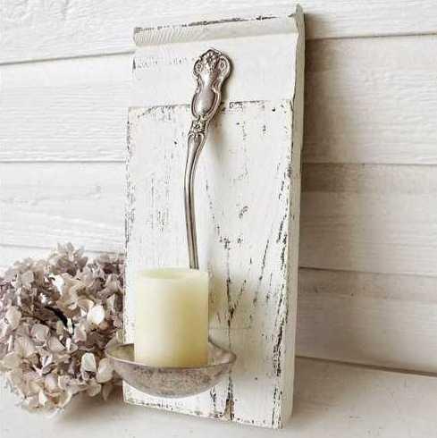 Kerzenhalter aus Schöpfkelle befästigt auf weiße Holzplatte