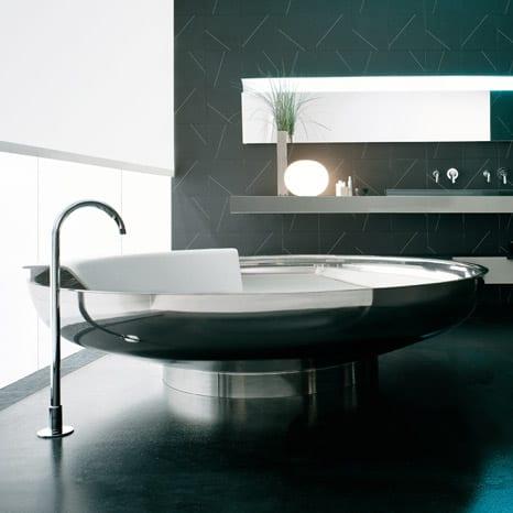 moderne Badeinrichtung mit schwarz Fließen und Edelstahl
