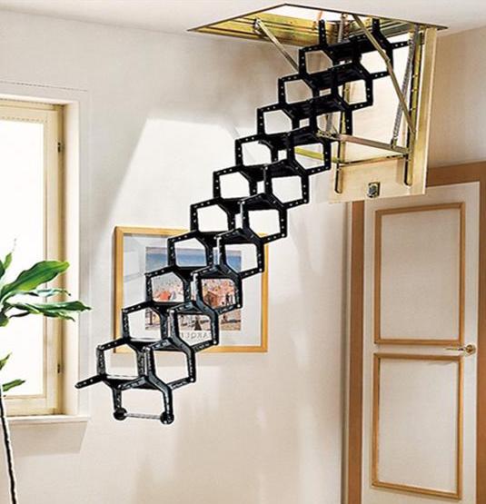 moderne Treppe in schwarz zum Dachraum