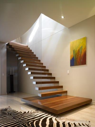 Holztreppe mit auskragende Stufen befestigen mit Metalseilen und dekorative Zebrapelz