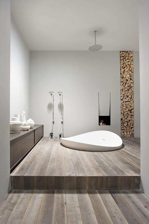 minimalistische Badeinrichtung mit Holzboden-Kamin undKeramik-Badewanne