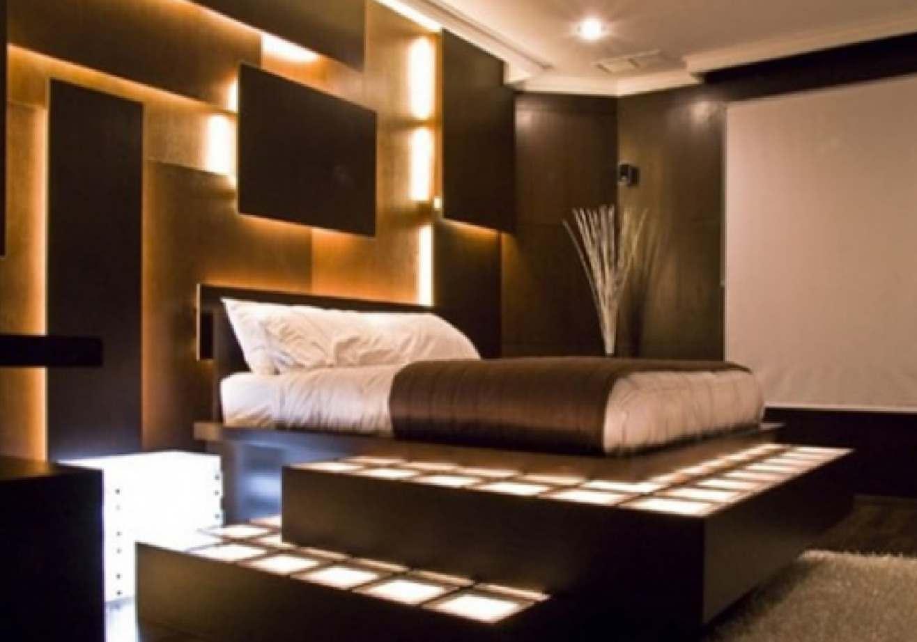 interessante Lichtgestaltung für Schlafzimmer mit beleuchteten 3D Wandplatten und Stufen