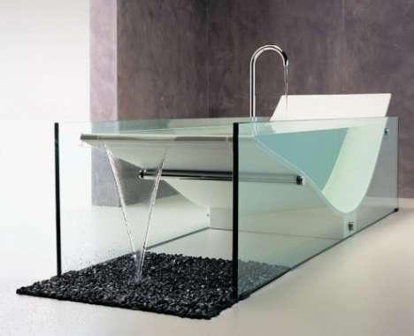 überlaufende Badewanne mit Glaswänden