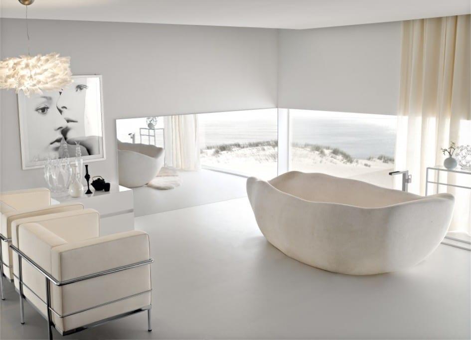 moderne Badeinrichtung in weiß mit Ledersesseln und Spegel